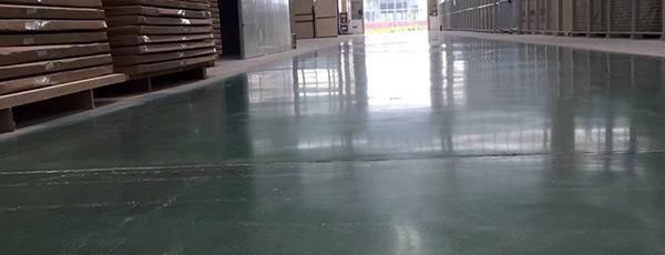 深灰色和绿色耐磨+固化剂地坪现场实拍效果