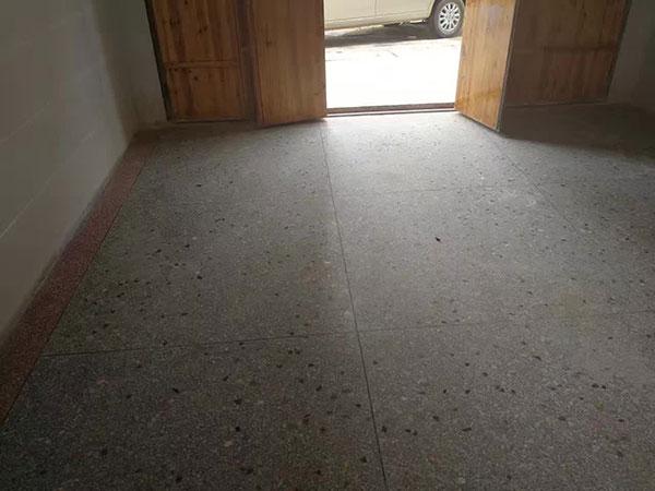 水磨石地面是前几年非常流行的一种地面装饰材料,家装,医院,商场